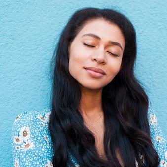 Retrato de close-up de mulher com cabelo bonito e olhos fechados