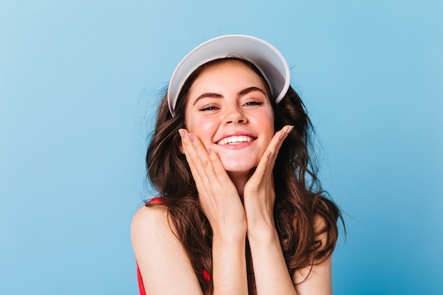 Retrato de close-up de mulher com chapéu esportivo