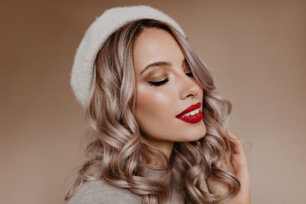 Retrato de close-up de mulher francesa sensual com cabelo loiro