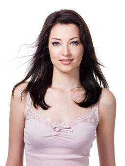 Retrato de close-up de mulher jovem e bonita com sorriso atraente - isolado