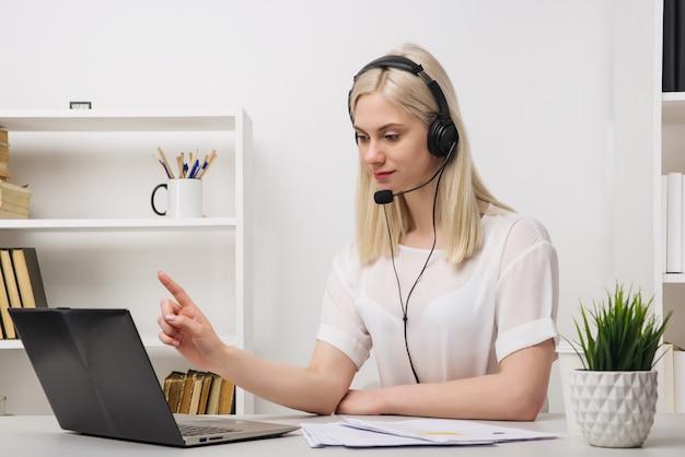 Retrato de close-up de um agente de atendimento ao cliente sentado no escritório