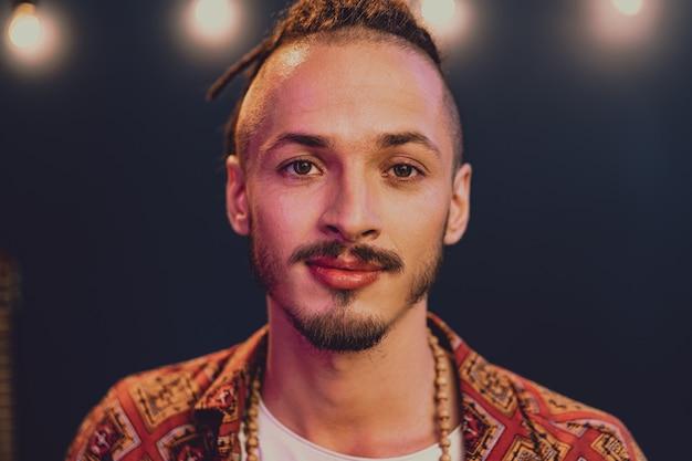 Retrato de close-up de um jovem estiloso com penteado de dreadlocks