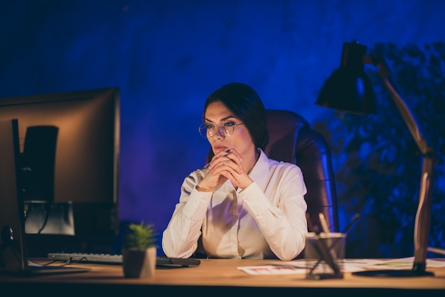 Retrato de close-up de uma bela e inteligente senhora inteligente gerente executivo financeiro departamento ceo chefe chefe trabalhador prazo relatório anual à noite escura estação de trabalho