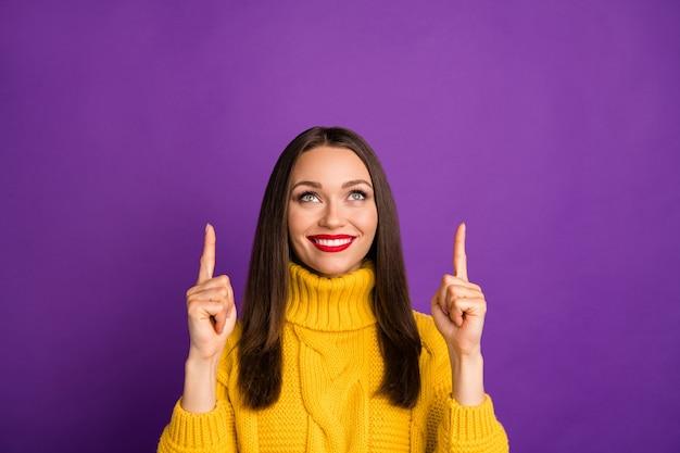 Retrato de close-up de uma bela garota atraente alegre alegre de cabelos lisos apontando o dedo indicador para cima como seguir anúncio de inscrição. Foto Premium