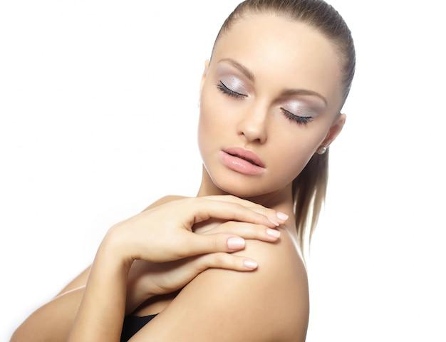 Retrato de close-up de uma bela mulher nua modelo modelo grandes lábios olhos fechados