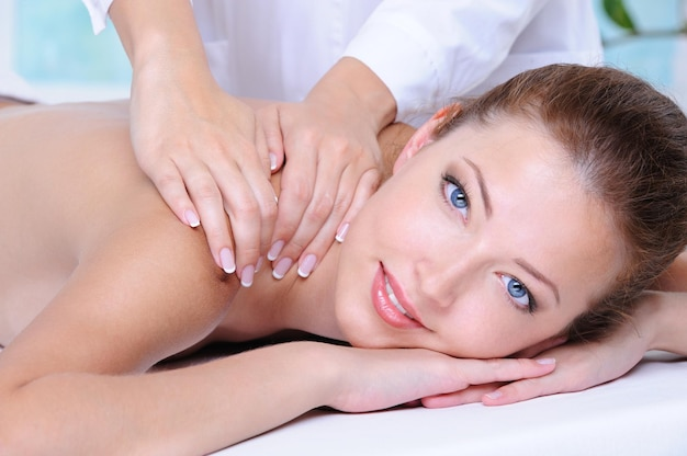Retrato de close-up de uma jovem mulher bonita relaxando no salão de beleza