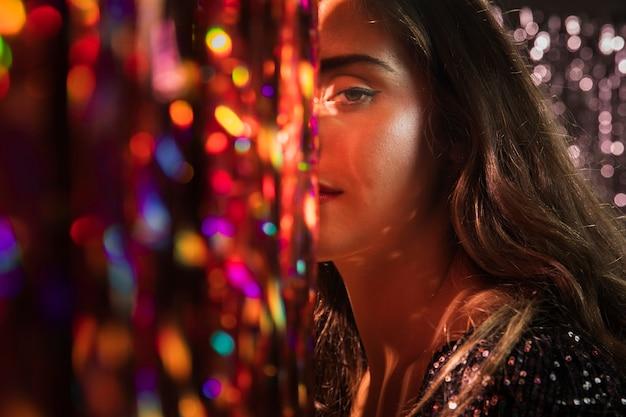 Retrato de close-up de uma linda garota e elementos borrados