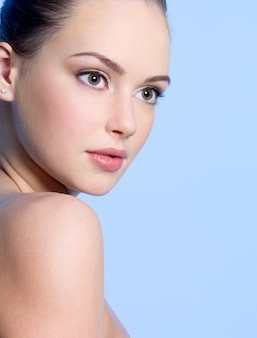 Retrato de close-up de uma linda jovem adolescente com pele limpa