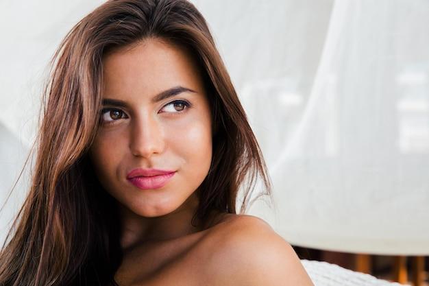 Retrato de close-up de uma linda mulher olhando para longe