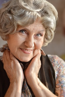 Retrato de close-up de uma mulher mais velha feliz em casa