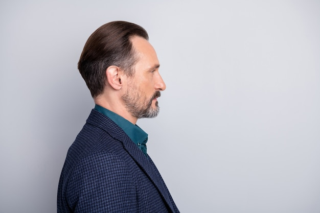 Retrato de close-up de vista lateral de perfil de homem de meia-idade