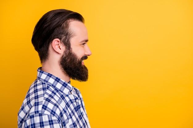 Retrato de close-up de vista lateral de perfil de seu cara bonito e atraente barbudo com uma camisa xadrez