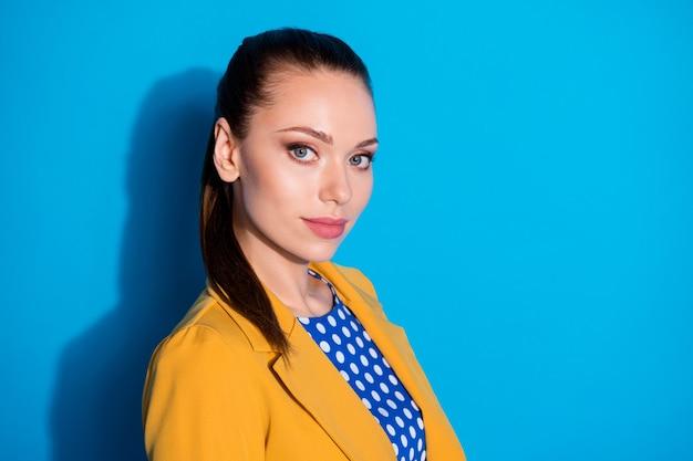 Retrato de close-up de vista lateral de perfil dela, ela bonita, atraente, charmosa, conteúdo, senhora, parceiro líder especialista especialista isolado sobre fundo de cor azul brilhante brilhante brilho vívido vibrante