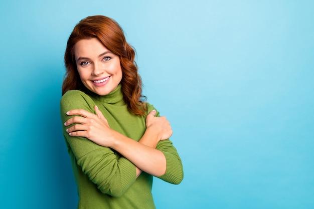 Retrato de close-up dela ela agradável atraente alegre alegre alegre doce terna menina de cabelos ondulados abraçando-se isolada sobre parede de cor azul turquesa brilhante brilho vívido vibrante