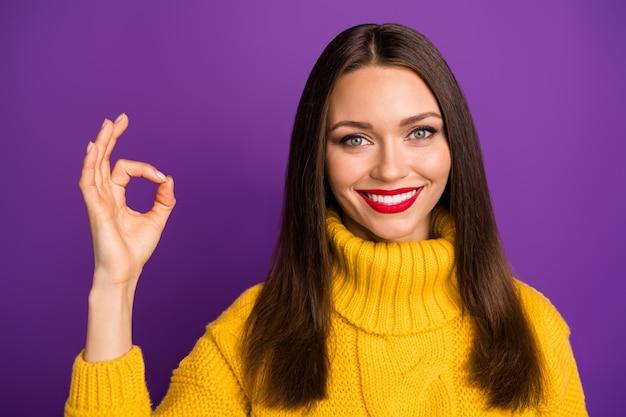 Retrato de close-up dela ela bom atraente adorável encantadora alegre alegre alegre garota de cabelos lisos mostrando anúncio de sinal de ok.