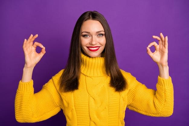 Retrato de close-up dela ela bom atraente adorável fofo alegre alegre alegre garota de cabelos lisos mostrando dois anúncio duplo de ok-sinal.