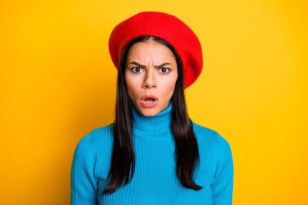 Retrato de close-up dela ela bonita atraente adorável bonita preocupada menina morena expressão de reação de notícias falsas isolada sobre parede de cor amarela vibrante de brilho vívido