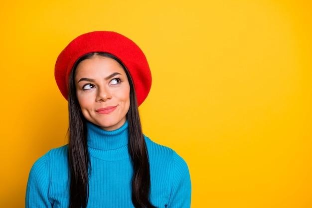 Retrato de close-up dela ela bonita atraente adorável fofa criativa curiosa alegre alegre alegre menina morena pensando criando uma ideia isolada sobre uma parede de cor amarela vibrante de brilho vívido brilhante