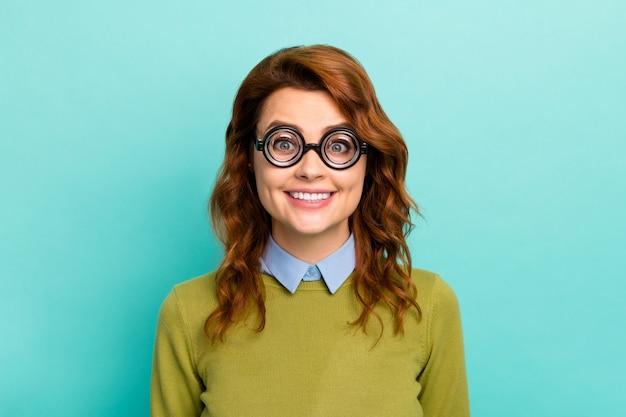 Retrato de close-up dela, ela é legal, atraente, alegre, alegre, engraçada, cabelos ondulados, garota, usando óculos grossos, casual, formal, desgaste