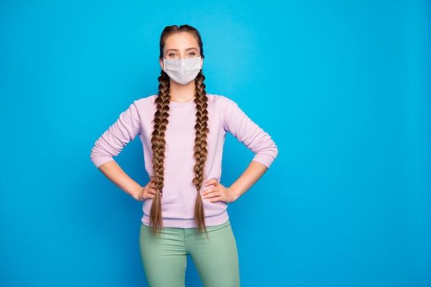Retrato de close-up dela, ela é legal e atraente garota de cabelos compridos usando máscara de segurança prevenção de contaminação de infecção por influenza isolado brilhante brilho vívido vibrante fundo de cor azul