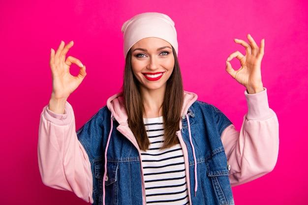 Retrato de close-up dela, ela, simpática, atraente, alegre, conteúdo, funky, garota, mostrando, dois, duplo, ok-sign, anúncio