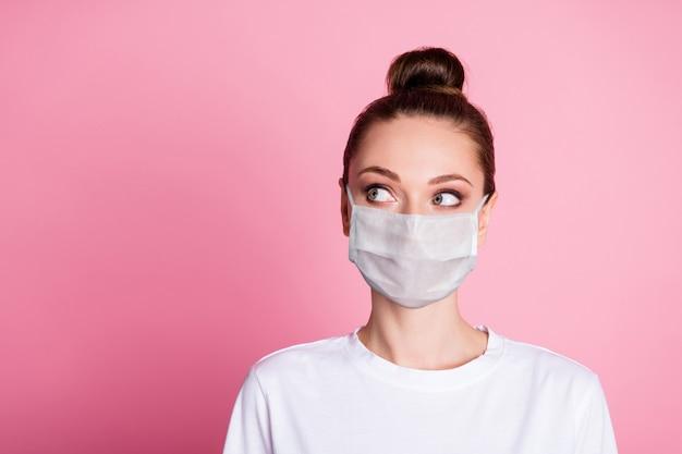 Retrato de close-up dela, menina bonita, atraente e pensativa, usando máscara de segurança, pensando em síndrome de medicare wuhan cópia espaço mers cov isolado fundo de cor rosa pastel