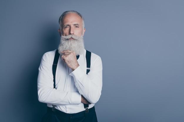 Retrato de close-up dele ele bom atraente conteúdo focado homem de cabelos grisalhos suspeito fantasiando imaginação isolada sobre fundo cinza escuro pastel