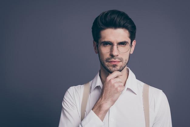 Retrato de close-up dele ele bom atraente impondo conteúdo inteligente inteligente habilidoso focado cara morena pensando tocando o queixo.