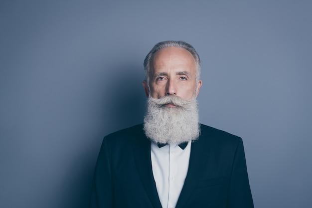 Retrato de close-up dele, ele bom conteúdo atraente calmo homem de cabelos grisalhos vestindo smoking pronto para a ocasião festiva isolado sobre fundo cinza pastel
