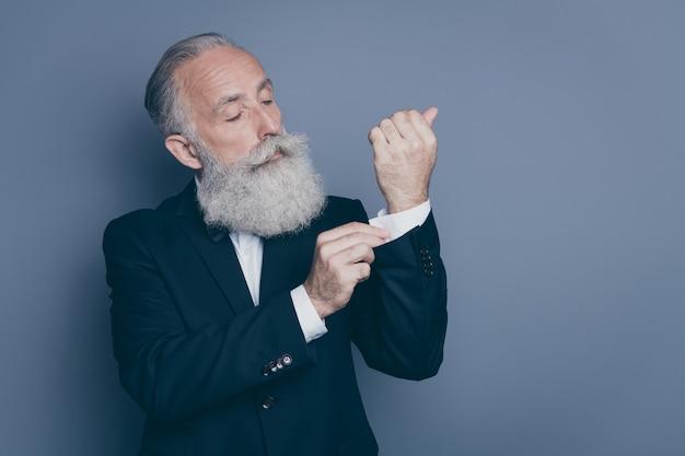 Retrato de close-up dele ele bom conteúdo atraente rico sério focado rico elegante homem de cabelos grisalhos botão de fixação isolado sobre fundo cinza escuro pastel