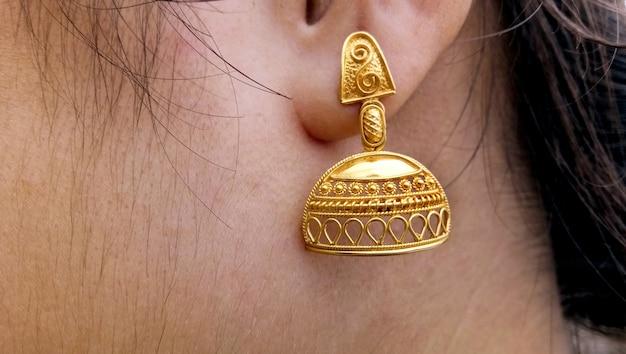 Retrato de close-up do novo design de brinco nas orelhas de menina na índia