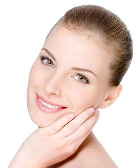 Retrato de close-up do rosto de uma jovem mulher bonita com um sorriso feliz e alegre