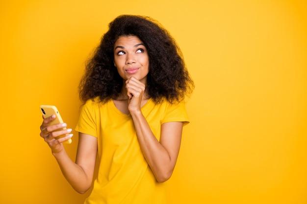 Retrato de close-up garota alegre criativa usando celular criando post