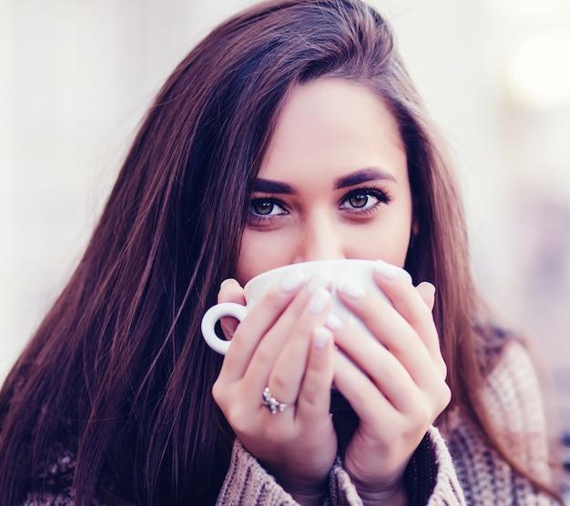 Retrato de close-up mulher bebendo café