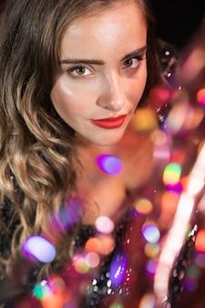 Retrato de close-up vista alta de uma linda garota