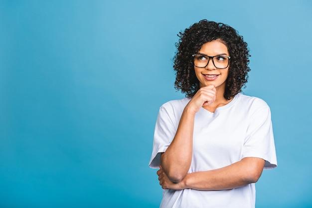 Retrato de closeup de beleza de jovem afro-americana com cabelo afro. isolado sobre fundo azul.