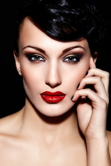 Retrato de closeup glamour do modelo sexy caucasiano morena jovem bonita com lábios vermelhos