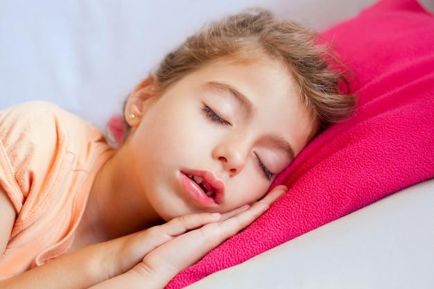 Retrato de closeup menina dormindo crianças profundas