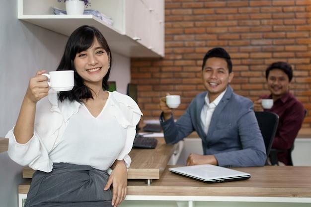 Retrato de colegas de trabalho felizes. estava fazendo uma pausa para o café juntos