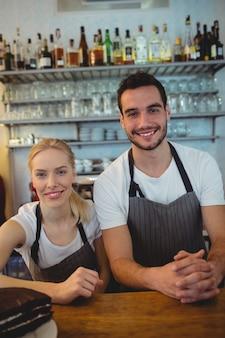 Retrato de colegas de trabalho no café