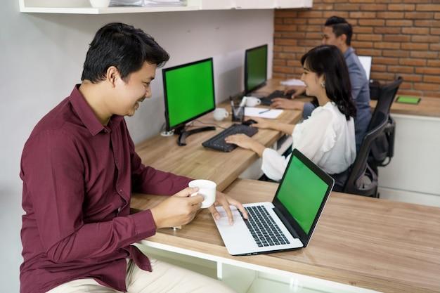 Retrato de colegas de trabalho ocupados trabalhando de acordo com seus respectivos lugares. no escritório