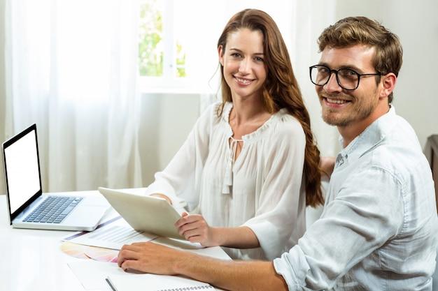 Retrato de colegas masculinos e femininos, discutindo o documento no escritório