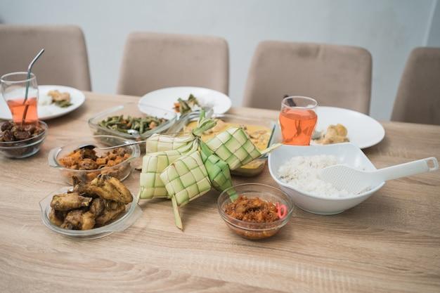 Retrato de comida eid mubarak em casa com ketupat. iguaria asiática muçulmana