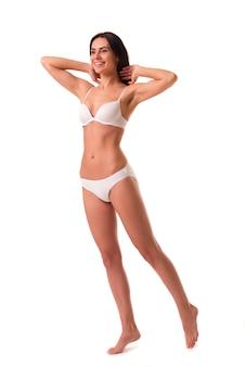 Retrato de comprimento total de linda garota magro.
