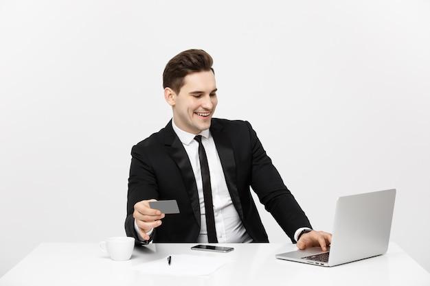 Retrato de conceito de negócios e estilo de vida empresário sorridente, sentado no escritório e compras online pa ...