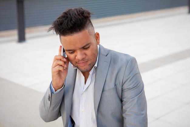 Retrato, de, concentrado, homem negócios, conversa, cliente, telefone