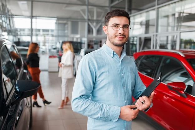 Retrato de concessionária de carros de vendedor