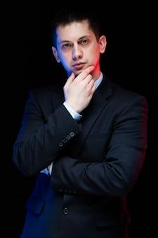 Retrato, de, confiante, bonito, elegante, homem negócios, tocar, seu, queixo