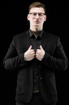 Retrato, de, confiante, bonito, elegante, responsável, homem negócios, em, óculos, segurar passa, ligado, seu, paleto
