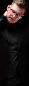 Retrato, de, confiante, bonito, elegante, responsável, homem negócios, olhando, embora, pensando